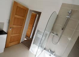 Устанавливаем шпонированные двери в ванную комнату